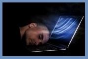 homme-endormi-sur-l-ordinateur-portable